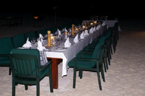Vatulele, Fiji: BBQ dinner on the beach