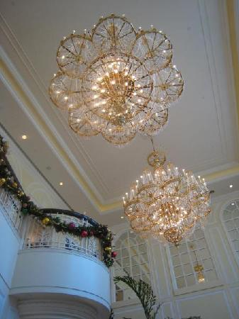 Hong Kong Disneyland Hotel: Chandeliers along the stairs leasing to the ground floor.