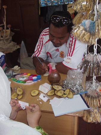 Kota Bharu, ماليزيا: Workers making handicraft