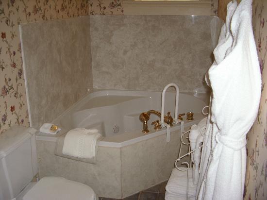 Heritage Inn Bed and Breakfast: Jacuzzi in Honeymoon Suite