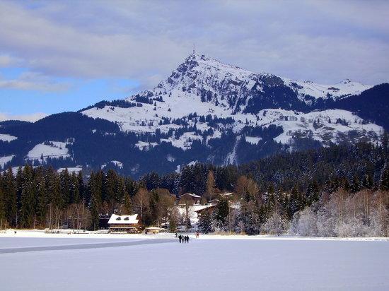 Hotel Edelweiss: View across frozen Schwarzee lake to Kitzbuhel Horn