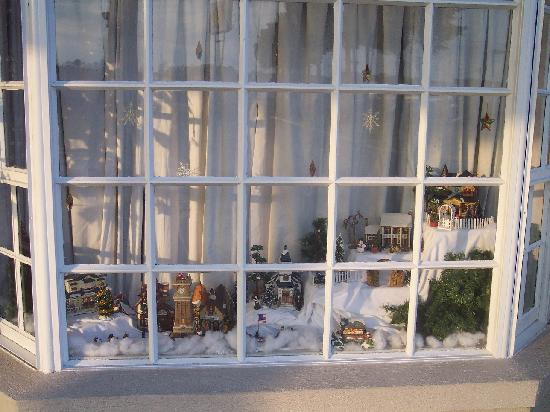 Rodeway Inn & Suites: Christmas decoration in lobby window