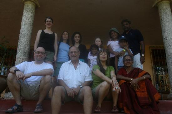 Casa Hamaca Guesthouse: A group photo with Dennis and Lina (center) at the entrance
