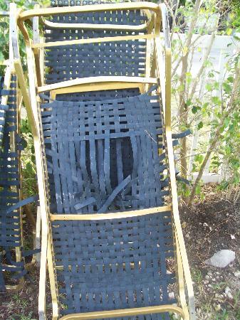 The Waves Apartments & Resort: Les belles chaises longues de jardin