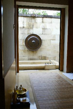 Amanjiwo Resorts: The outdoor bathtub