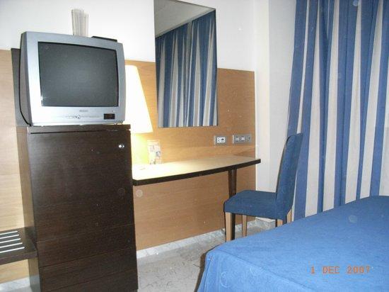 Hotel Madeira Centro: TV and Desk