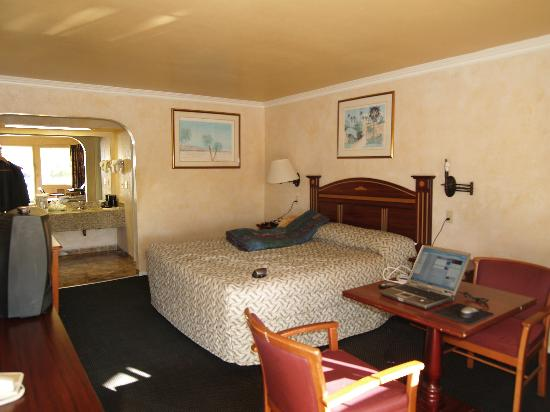 Motel 6 Garden Grove: Our King room, even with internet access!