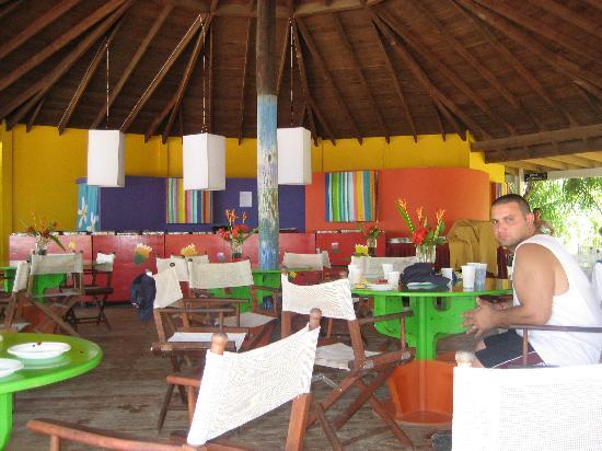 Henry Morgan Resort: Outdoor beach restaurant