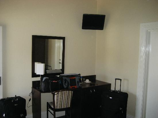 Captain Cook Hotel: our room - the other side