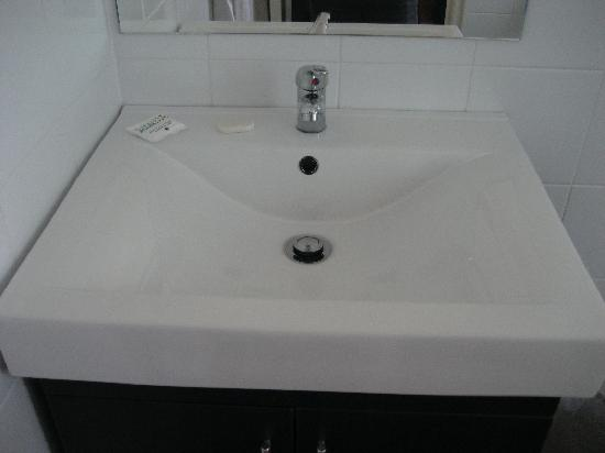 Captain Cook Hotel: pretty modern looking sink if you ask me