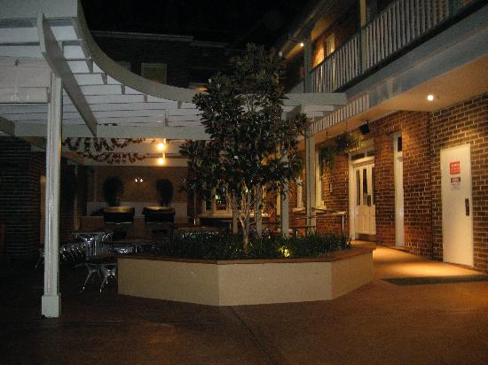 Captain Cook Hotel : the back courtyard