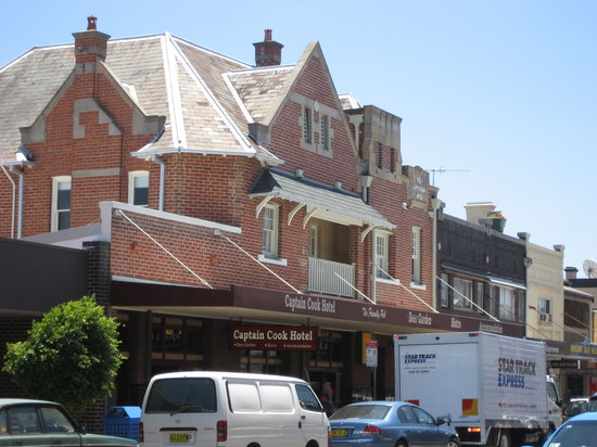 Captain Cook Hotel : the hotel as viewed from across the street