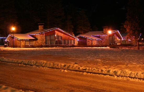 Fairmont Jasper Park Lodge: Cabins by night