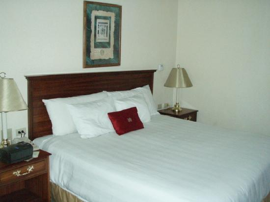 Crowne Plaza Panama: Bed.  Note convienient electric outlets