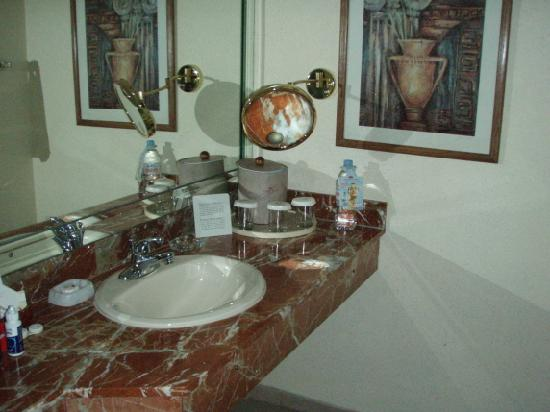 Crowne Plaza Panama: Lavatory.  Lighted by flash, only