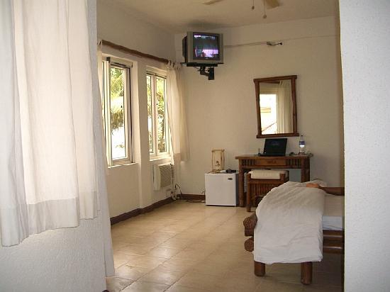 Sunset at Aninuan Beach Resort: Room at Aninuan Resort .