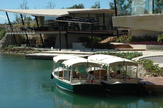 Rosewood Mayakoba: Boats take you to your villa