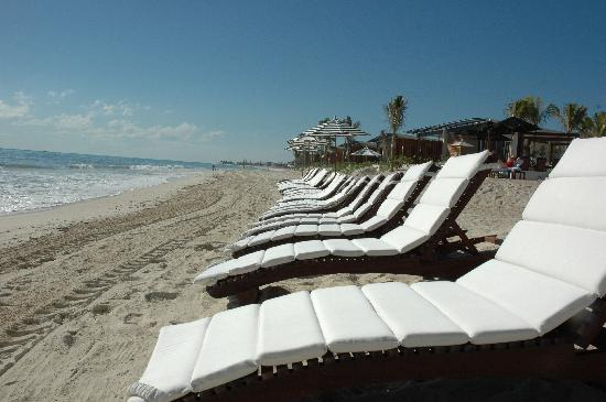 Rosewood Mayakoba: Beautiful beach and lounge chairs