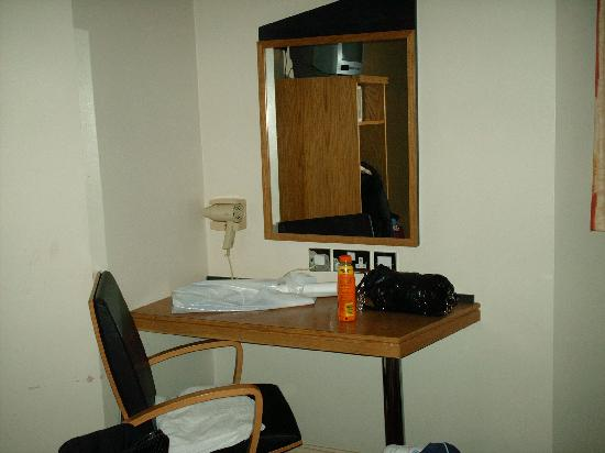 Comfort Inn Buckingham Palace Road: desk area