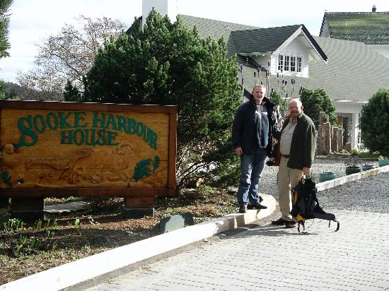 Sooke Harbour House Resort Hotel: Entrance to the hotel