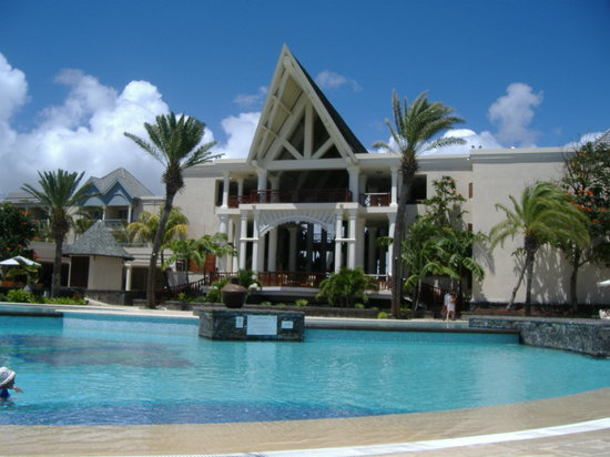 The Residence Mauritius: Pool at The Residence with reception in the background