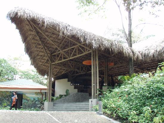 Arenas del Mar Beachfront & Rainforest Resort: Pulling up to Lobby