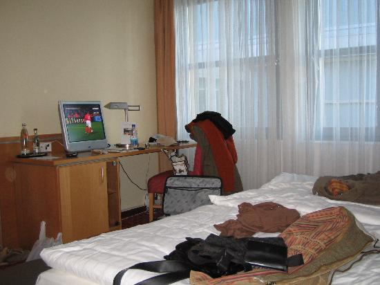 Airporthotel Berlin-Adlershof: scrivania e finestre