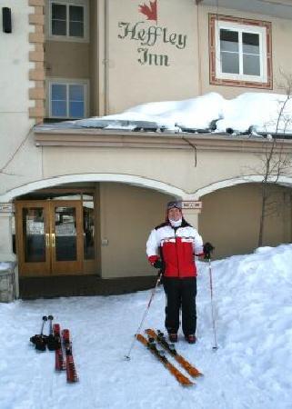 Heffley Boutique Inn: Front door ski-in ski-out