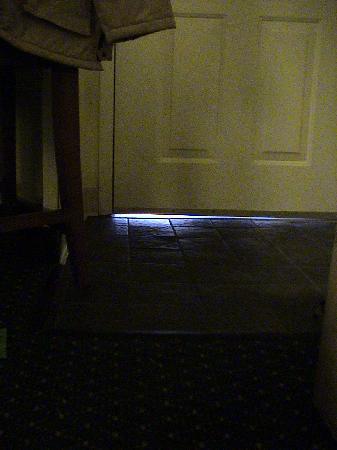 Residence Inn Boston Tewksbury/Andover: cold air flow under entry door