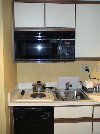 Residence Inn Boston Tewksbury/Andover: dated kitchen