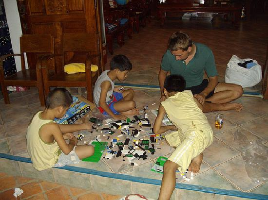 Hoxieng Guesthouse 1: Playing Lego with the owner's kids in the foyer