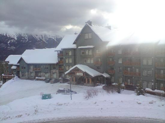 Snow Creek Lodge: Taken from the Elk chair which passes by the front of the hotel