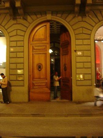 Residenza Giotto: huge entryway and door!!!