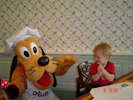 Hong Kong Disneyland Hotel: Pluto at breaky