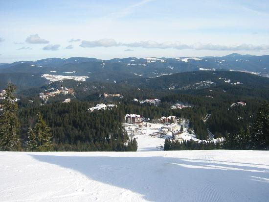 Pamporovo, Bułgaria: Looking down on the resort