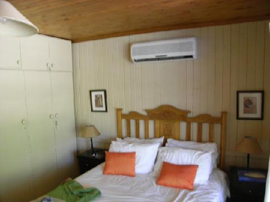 Petersfield Farm Cottages: Dassieklip main bedroom