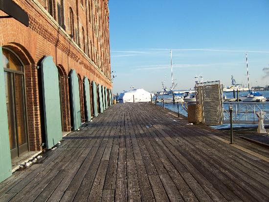 Inn at Henderson's Wharf: Walkway behind the hotel where the rooms look out over the harbor
