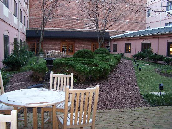 Inn at Henderson's Wharf: Courtyard in the center of the hotel, mind you this was taken in January so not too much in bloo