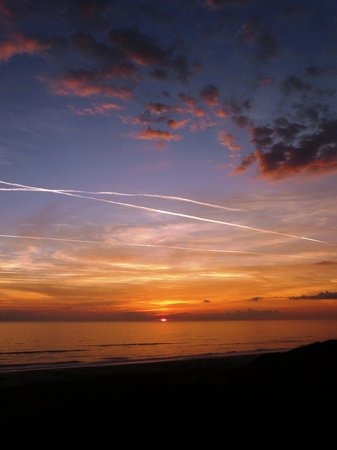 Amelia Island, FL: Sunrise on the beach.