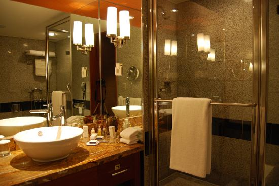 Grand InterContinental Seoul Parnas: Bathroom Basin and Shower Cubicle