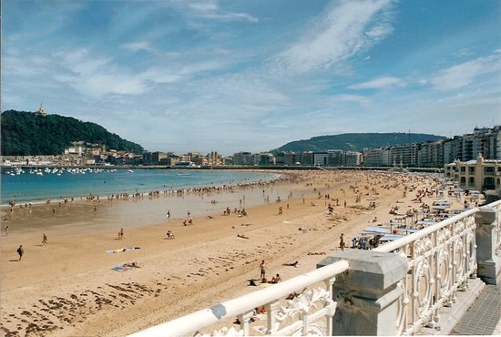 Сан-Себастьян, Испания: Playa de La Concha at San Sebastian, Spain