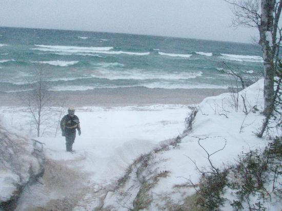 Boarders Inn and Suites by Cobblestone Munising: January Beach shot Lake Superior