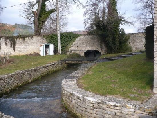 Domaine du Moulin aux Moines: Stream running through property