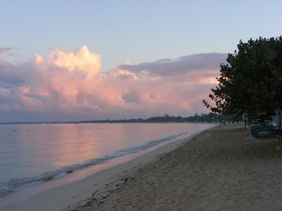 Shields Negril Villas: Sunrise from resort !