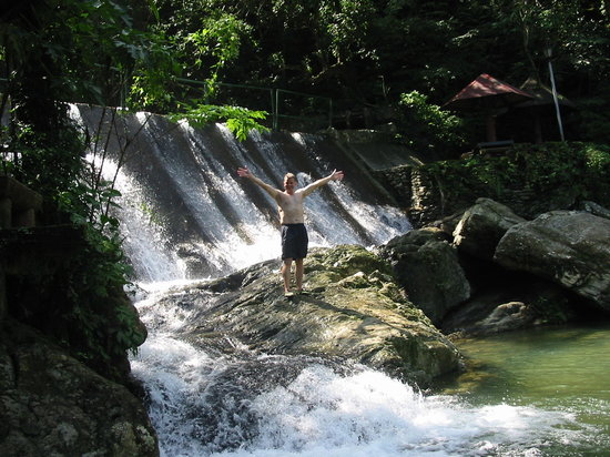 Puerto Galera, Filippinerna: Lovely waterfalls at muelle going to calapan