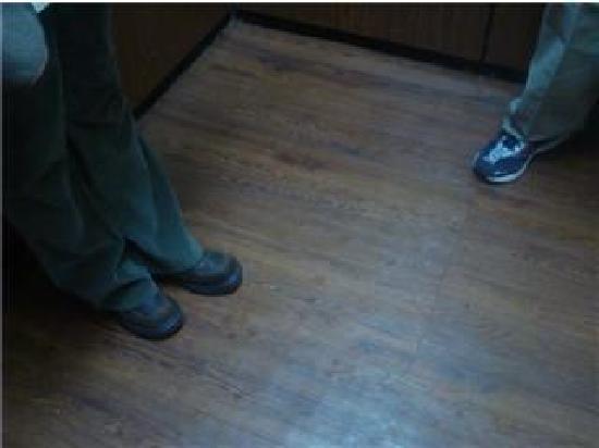 Americas Best Value Inn & Suites-Louisville / Airport: Not so clean elevator floor.