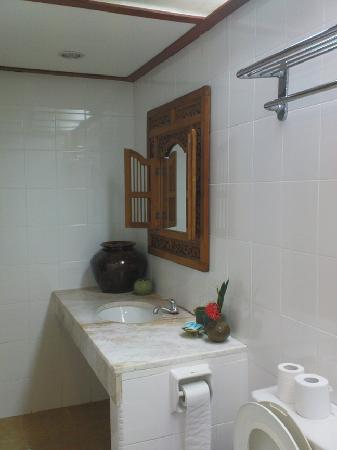 Sunset Beach Resort: The bathroom, bright and spacious