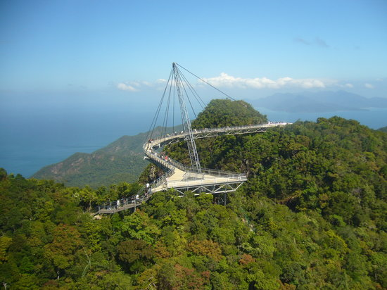 Langkawi, Malezja: The cable bridge can be seen from the gondola
