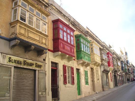 The Palace: Calle y miradores típicos.Sliema