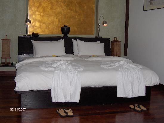 Heritage Suites Hotel: Our fantastic bedroom - paradise